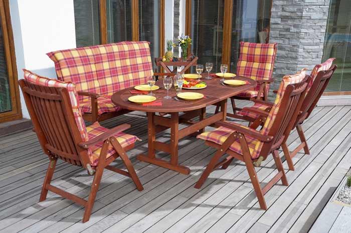 Gartenstühle mit karierten Hochlehnerauflagen depositphotos.com