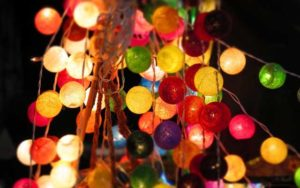 Bunte Lichterketten für die Gartenfeier