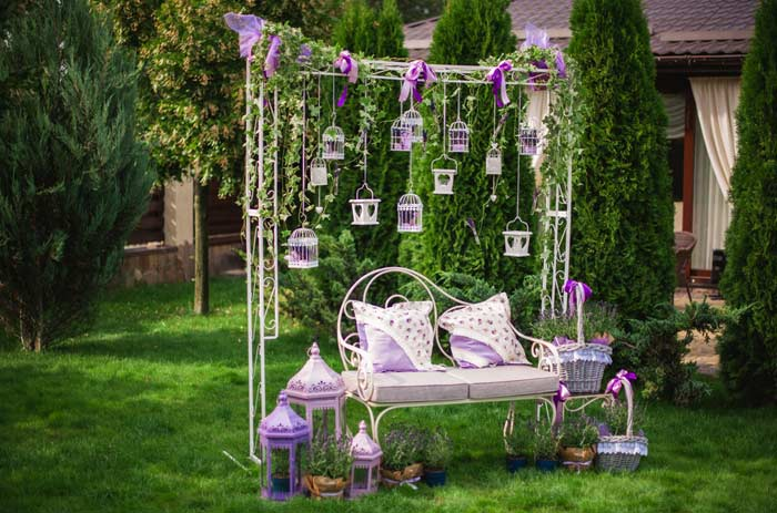 Romantische Gartenbank für Zwei depositphotos.com