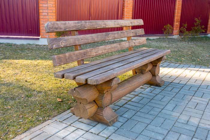 Holzbank im rustikalen Stil depositphotos.com