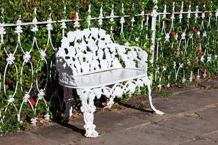 Weiße Vintage Gartenbank mit Rosenornamenten depositphotos.com