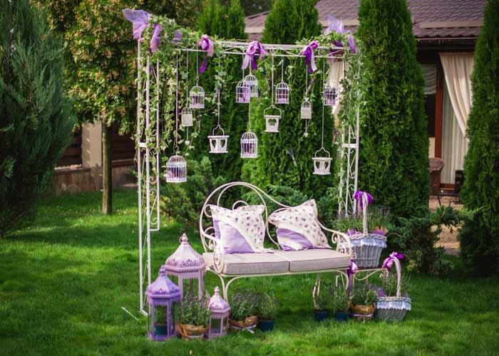 Romantische Vintage Gartenbank depositphotos.com