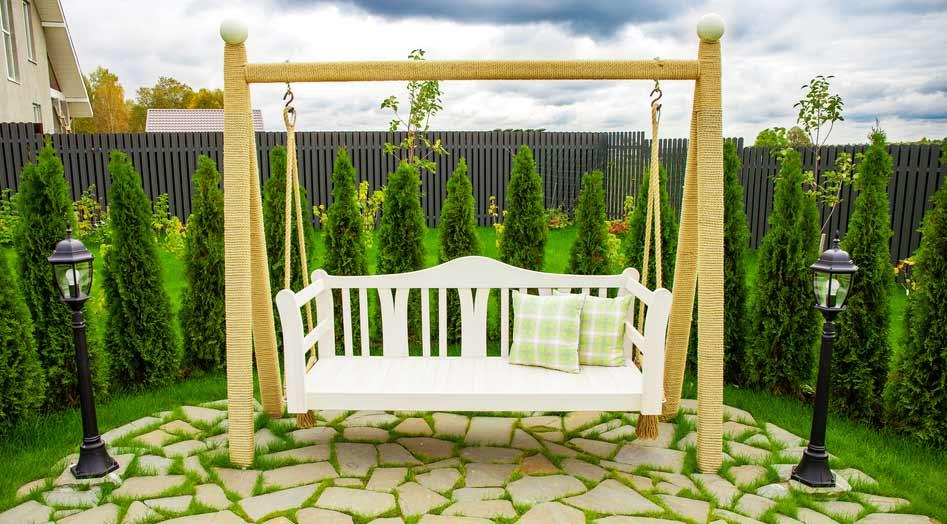 Schaukelbank als Gartenschaukel in weiss depositphotos.com