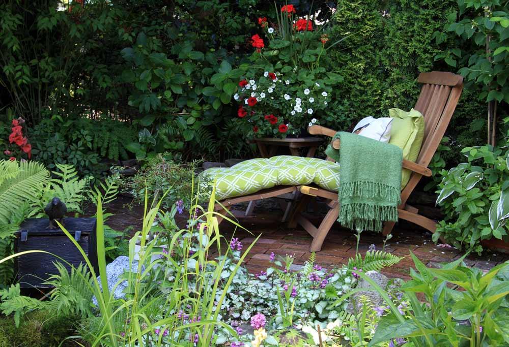 Gartenstuhl mit Fußablage depositphotos.com