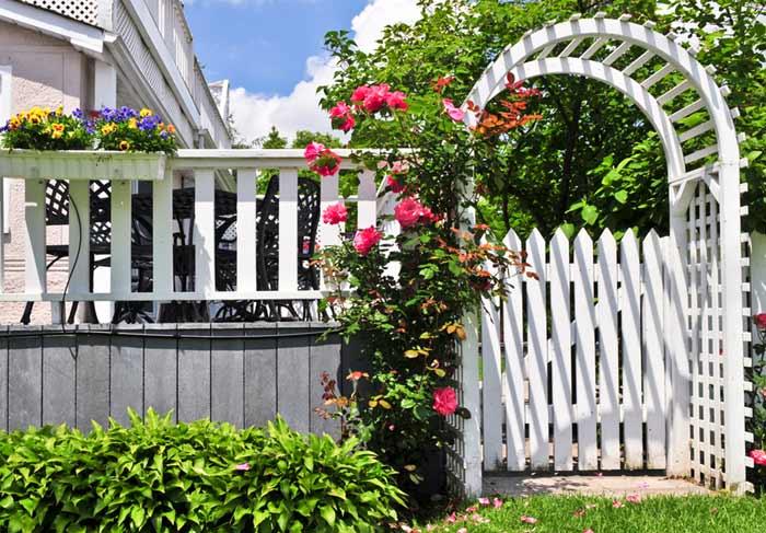 Rosenbogen mit Tür in Weiß - depositphotos.com